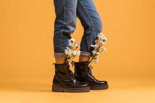 Frauenbeine, die in den stiefeln mit blumen nach innen tragen Kostenlose Fotos