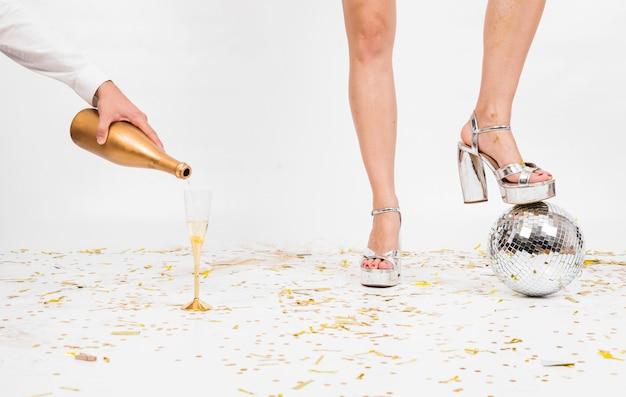 Frauenbeine und glas champagner auf boden Kostenlose Fotos