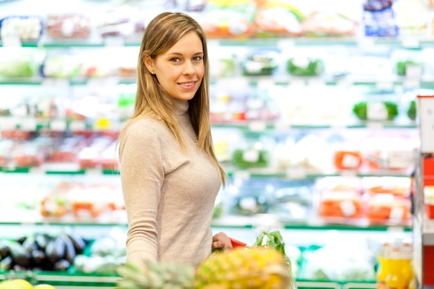 Fraueneinkauf im supermarkt Premium Fotos