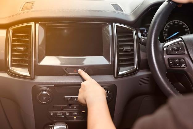 Frauenfinger, der notknopf auf armaturenbrett drückt. transportkonzept. Premium Fotos