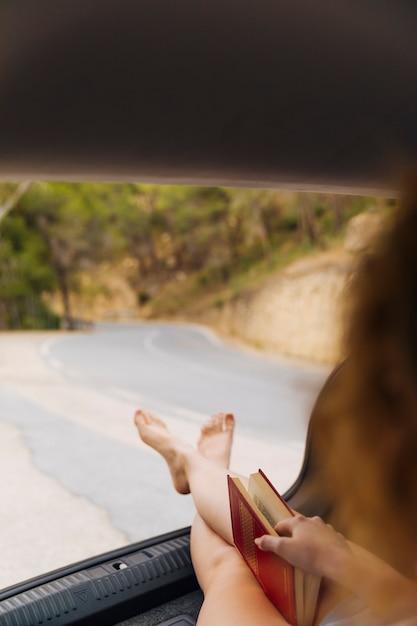 Frauenfüße aus maschinenstamm heraus Kostenlose Fotos