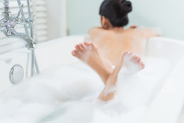 Frauenfüße badete sie in einer badewanne Premium Fotos