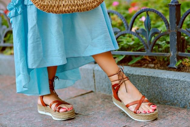 Frauenfüße in eleganten gladiatorensandalen Kostenlose Fotos