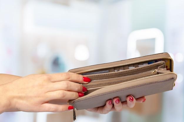 Frauengeldbörse in der hand Premium Fotos