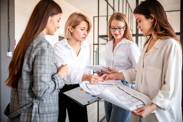 Frauengeschäftstreffen im büro Kostenlose Fotos