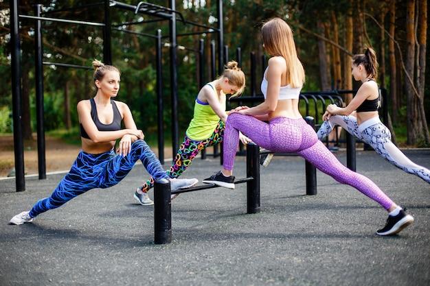 Frauengruppe, die hocken im park tut Premium Fotos