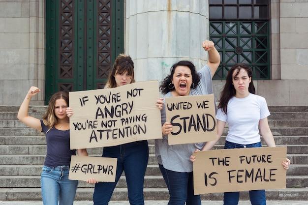 Frauengruppe, die zusammen an der äußerung protestiert Kostenlose Fotos