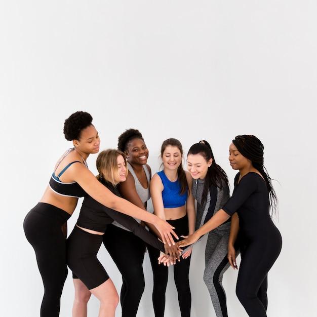 Frauengruppeende arbeiten mit händedruck aus Kostenlose Fotos