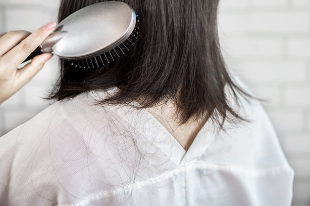 Frauenhaarverlust nach der anwendung von haarbürste Premium Fotos