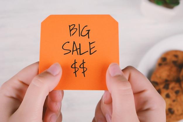 Frauenhände, die briefpapier mit text halten Premium Fotos