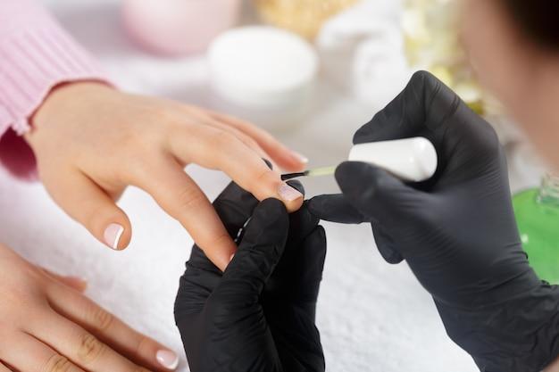 Frauenhände, die eine maniküre im schönheitssalon empfangen Premium Fotos