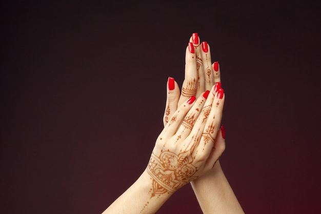 Frauenhände mit mehndi Premium Fotos