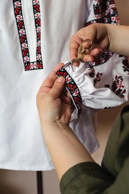Frauenhände schneiden überschüssigen faden Premium Fotos