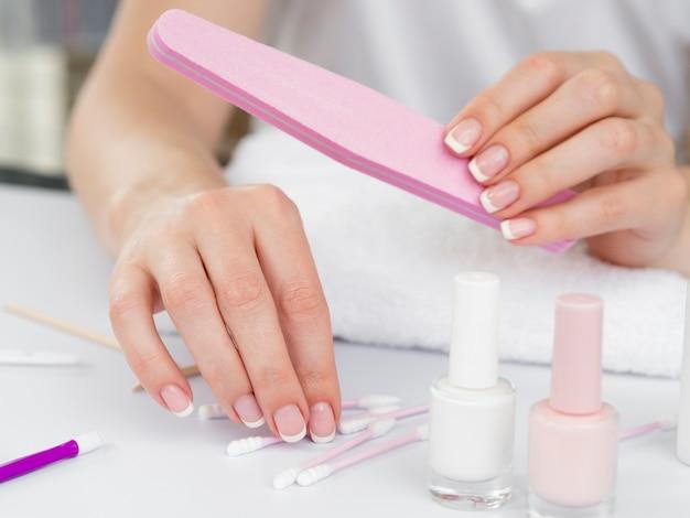 Frauenhände unter verwendung der manikürehilfsmittel Kostenlose Fotos