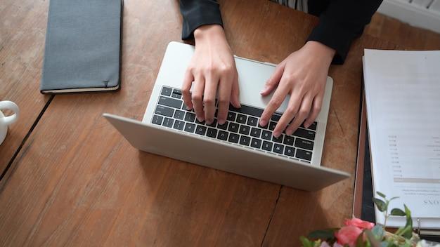 Frauenhand auf tastatur des laptops beim arbeiten im innenministerium Premium Fotos
