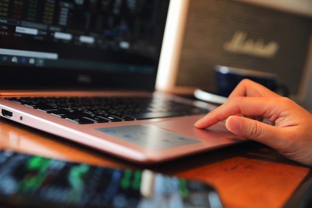 Frauenhand, die an der kaffeestubehand auf tastatur mit abschluss oben arbeitet Premium Fotos