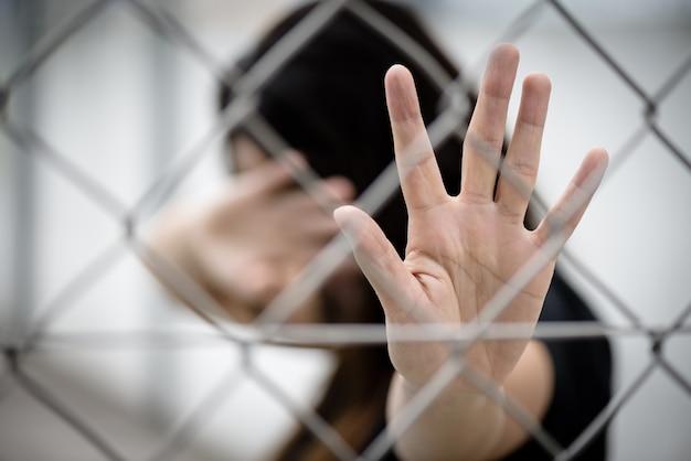 Frauenhand schließt ihr gesicht und ein anderes handzeichen für den halt, der gewalt missbraucht Premium Fotos