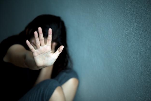 Frauenhandzeichen für anschlag, gewalttätigkeit, menschenrechts-tageskonzept missbrauchend Premium Fotos