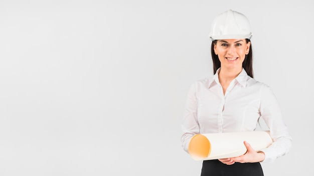 Fraueningenieur im sturzhelm mit whatman-papier Kostenlose Fotos