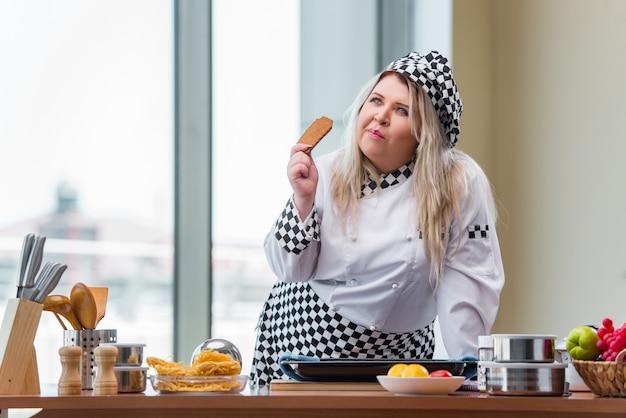 Frauenkoch, der in der hellen küche arbeitet Premium Fotos