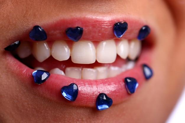 Frauenmund mit farbiger süßigkeit Kostenlose Fotos