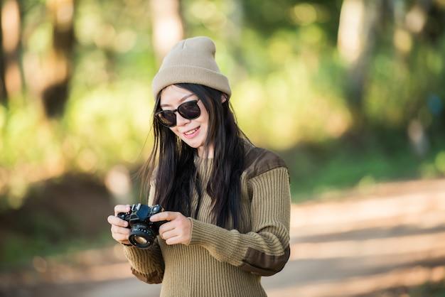 Frauenreisender, der alleine in den wald geht Kostenlose Fotos