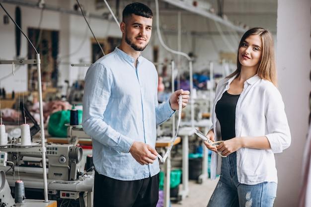 Frauenschneider in einer fabrik mit einem kunden Kostenlose Fotos