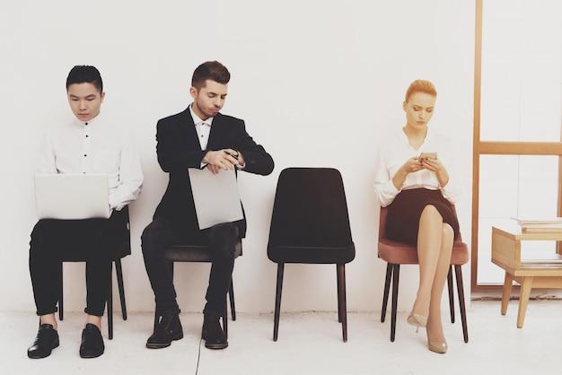 Frauenspiel am telefon und sitzen mit mitarbeitern Premium Fotos