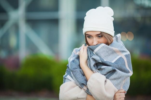 Frauenstress. schöne traurige hoffnungslose frau im leidenden tiefstand des wintermantels Premium Fotos