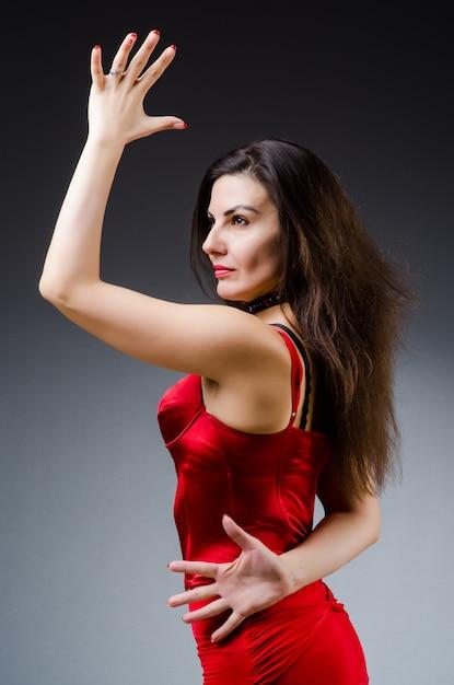 Frauentanztänze im roten kleid Premium Fotos