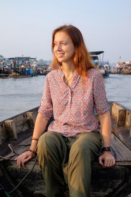 Frauentouristin auf schwimmendem markt in vietnam Premium Fotos