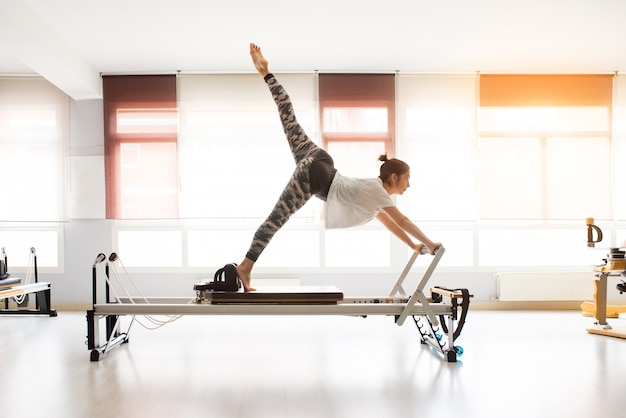 Frauentraining pilates übt in umfaßter turnhalle aus Premium Fotos