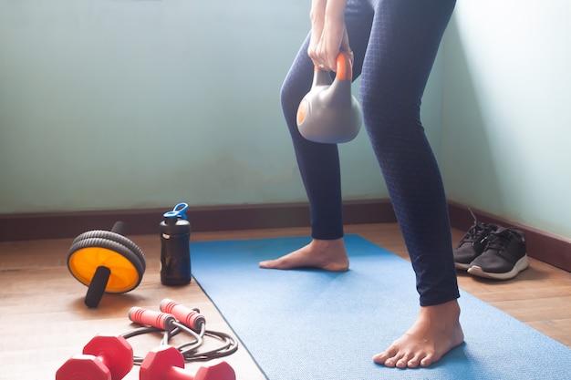 Frauenübung mit kettlebell zu hause Premium Fotos
