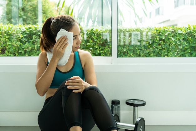 Frauenübungstraining in der fitness-fitness-breaking-relax. Premium Fotos
