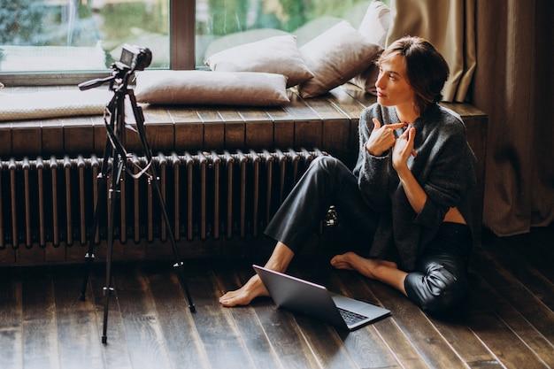 Frauenvideoblogger, der neues vlog filmt Kostenlose Fotos
