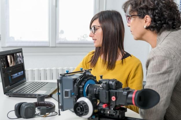 Frauenvideoeditor und junger assistent Premium Fotos