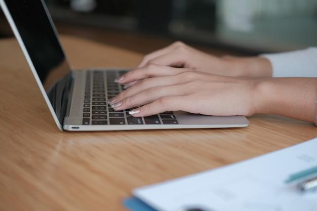 Freiberuflerin der geschäftsfrau, die mit computer arbeitet. frau analysiert daten. student studiert aufgabe Premium Fotos
