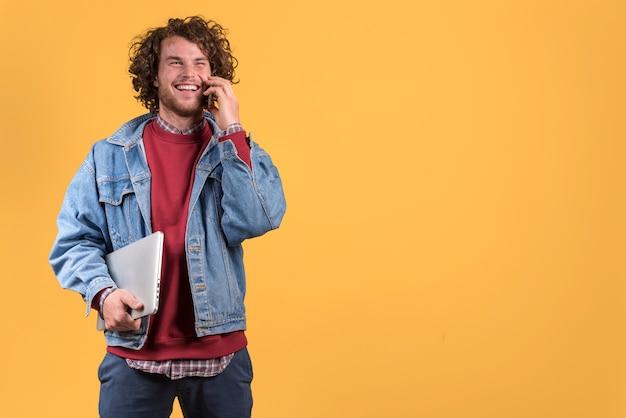 Freiberuflich tätiges konzept mit dem mann, der telefonanruf macht Kostenlose Fotos