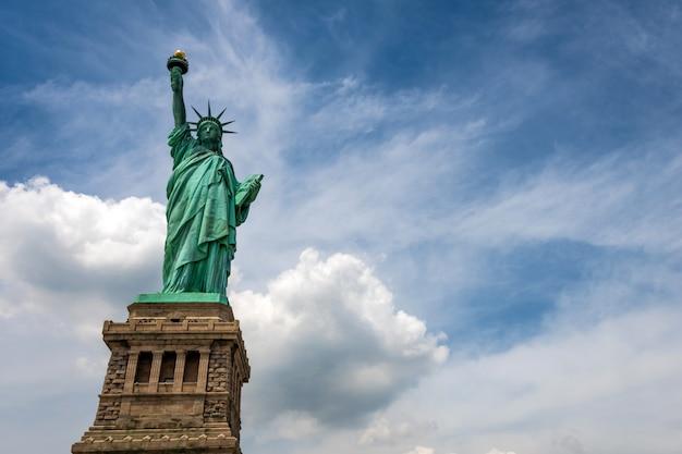 Freiheitsstatue auf liberty island-nahaufnahme mit blauem himmel in new york city manhattan Premium Fotos
