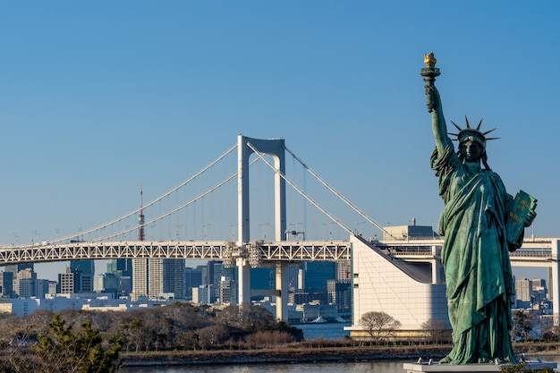 Freiheitsstatue und regenbogenbrücke, gelegen bei odaiba tokyo, japan Premium Fotos