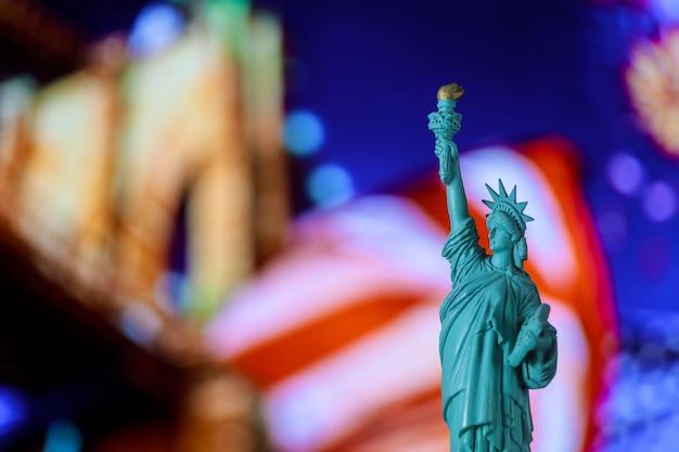 Freiheitsstatue, vereinigte angegebene flagge brooklyn bridge, new york, usa Premium Fotos