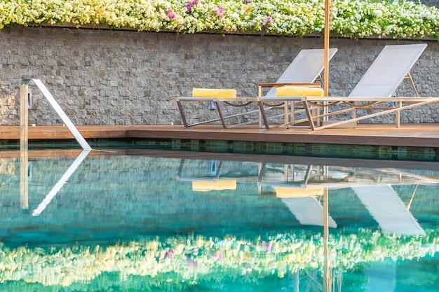 Freischwimmbad mit sonnenschirm für freizeitreisen Kostenlose Fotos