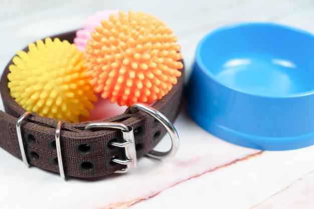 Fressnapf, halsband und spielzeug für hund. haustierzubehör-konzept. Premium Fotos
