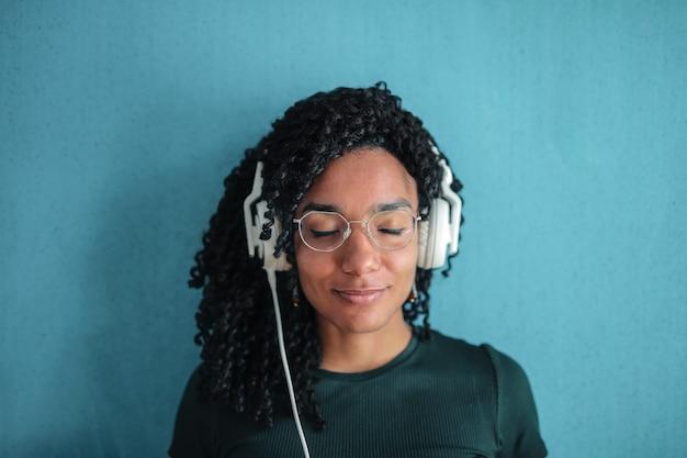 Freudig musik hören Premium Fotos