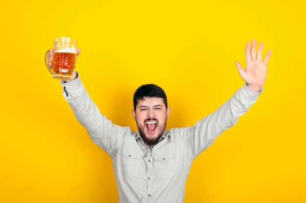Freudiger bärtiger mann mit einem glas bier Premium Fotos
