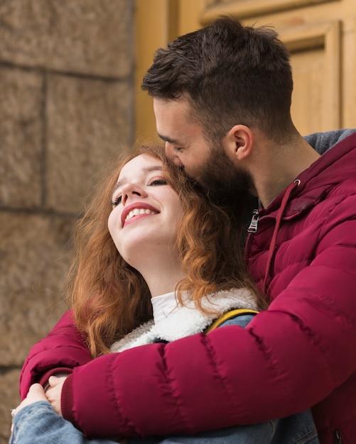 Freund, der oben glücklichen freundinabschluß küsst Kostenlose Fotos