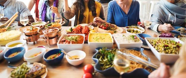 Freund-party-buffet, das lebensmittel-konzept genießt Premium Fotos