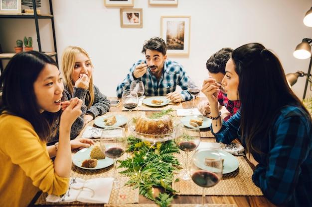 Freunde am tisch essen kuchen Kostenlose Fotos