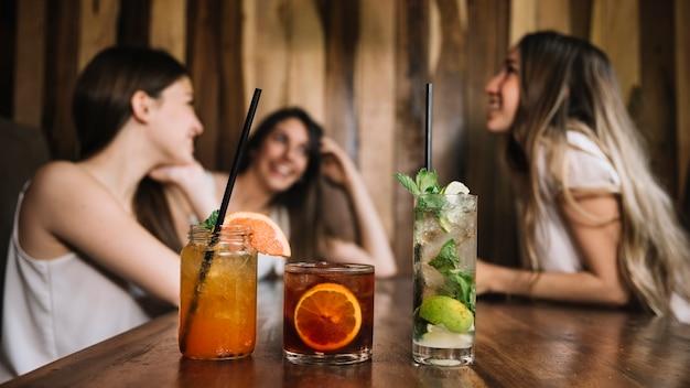 Freunde an der bar Kostenlose Fotos