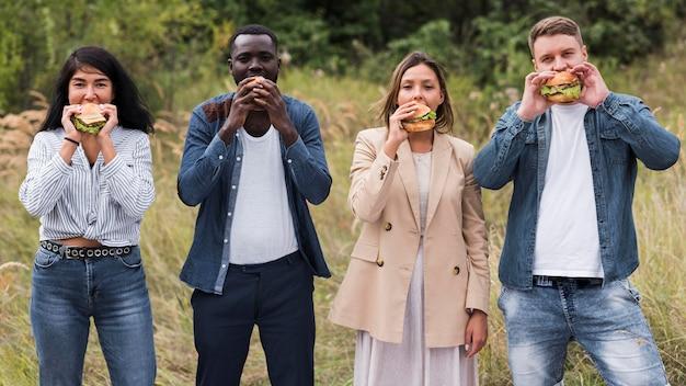 Freunde der vorderansicht, die burger essen Premium Fotos